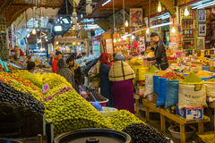 Meknes Maroko, Marzec, - 04, 2017: Tradycyjna owoc m i cukierki Fotografia Royalty Free