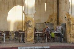 MEKNES, MARROCOS - 18 DE FEVEREIRO DE 2017: Homens não identificados que sentam-se em um café na rua de Meknes, Marrocos Fotografia de Stock Royalty Free