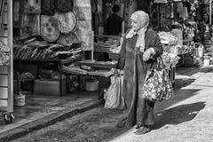 MEKNES, MARROCOS - 18 DE FEVEREIRO DE 2017: Mulher não identificada que anda na rua de Meknes, Marrocos Meknes é um dos quatro Im Fotografia de Stock