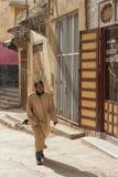 MEKNES, MARROCOS - 18 DE FEVEREIRO DE 2017: Mulher não identificada que anda na rua de Meknes, Marrocos Meknes é um dos quatro Im Fotografia de Stock Royalty Free
