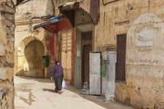 MEKNES, MARROCOS - 18 DE FEVEREIRO DE 2017: Mulher não identificada que anda na rua de Meknes, Marrocos Meknes é um dos quatro Im Fotos de Stock