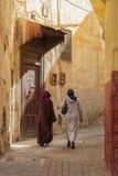 MEKNES, MARROCOS - 18 DE FEVEREIRO DE 2017: Mulheres não identificadas que andam na rua de Meknes, Marrocos Meknes é um dos quatr Fotografia de Stock Royalty Free