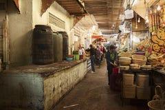 MEKNES, MARROCOS - 18 DE FEVEREIRO DE 2017: Vendedores não identificados no mercado coberto em Meknes, Marrocos Fotografia de Stock