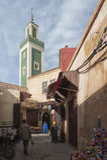MEKNES, MARRUECOS - 18 DE FEBRERO DE 2017: Gente no identificada que camina en la calle de Meknes, Marruecos Meknes es uno de los Imagen de archivo libre de regalías