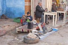 MEKNES, MARRUECOS - 18 DE FEBRERO DE 2017: Gente no identificada que trabaja en la calle de Meknes, Marruecos foto de archivo