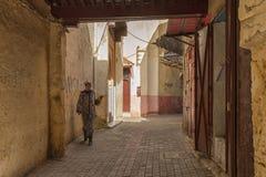 MEKNES, MARRUECOS - 18 DE FEBRERO DE 2017: Mujer no identificada que camina en la calle de Meknes, Marruecos Meknes es uno de los Imagen de archivo