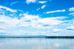 Mekong ποταμός με το μπλε ουρανού και το υπόβαθρο σύννεφων Στοκ Εικόνες