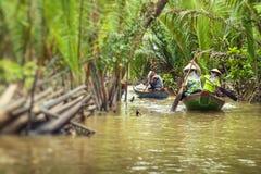 Mekong cruise van de Rivier de Deltawildernis met niet geïdentificeerde craftman en royalty-vrije stock afbeelding
