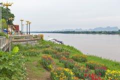 Mekong flodstrand i Nakhon Phanom, Thailand, mitt emot Thakhek, Khammouane landskap i Laos arkivfoton