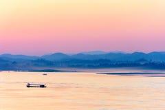 Mekong River i aftonen Arkivfoton