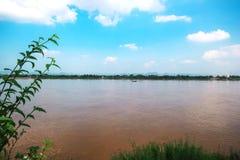 Mekong River i Nakhon Phanom Thailand mitt emot laotiska PDR Royaltyfria Foton