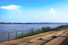 Mekong River i Nakhon Phanom Thailand mitt emot laotiska PDR Royaltyfri Fotografi