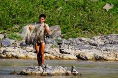 En fiskare på Mekonget River, Laos Arkivfoton