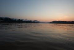 Mekong rzeka przy Luang Prabang z pasmem górskim, Obraz Stock