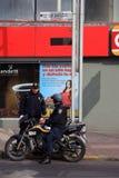Meksyk Meksyk, Listopad, - 27, 2015: Dwa Meksykańskiego funkcjonariusza policji, jeden na motocyklu opowiadać [federacyjna policj Zdjęcia Royalty Free