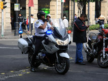 Meksyk Meksyk, Listopad, - 24, 2015: Meksykański funkcjonariusz policji na motocyklu Obrazy Royalty Free