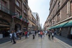 MEKSYK, PAŹDZIERNIK - 19, 2017: Meksyk pejzaż miejski z W centrum ulicą Obrazy Stock