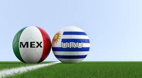 Meksyk vs Urugwaj mecz piłkarski - piłek nożnych piłki w Meksyk i Urugwaj krajowych kolorach na boisko do piłki nożnej Obrazy Stock