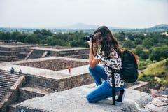 MEKSYK, WRZESIEŃ - 21: Dziewczyny klęczenie brać obrazek krajobraz od ostrosłupa księżyc Fotografia Royalty Free