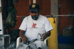 MEKSYK, WRZESIEŃ - 21: Lokalny rzemieślnik wykonuje ręcznie azted obsydian rzeźby souvernirs Zdjęcie Stock