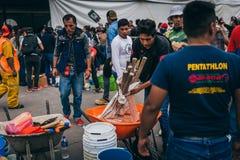 MEKSYK, WRZESIEŃ - 20: Ludzie zgłaszać się na ochotnika przy kolekci centrum zbierać zaopatrzenia i dostawy dla trzęsienie ziemi  Zdjęcie Royalty Free