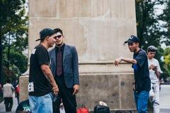 MEKSYK, WRZESIEŃ - 20: Młodzi człowiecy ma rap bitwę przy Beethoven placem w śródmieściu podczas gdy tłum ludzie ogląda zdjęcia royalty free