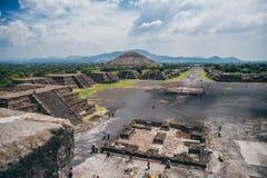 MEKSYK, WRZESIEŃ - 21: Widok Teotihuacan od ostrosłupa tMEXICO - WRZESIEŃ 21: Widok Teotihuacan od ostrosłupa Fotografia Royalty Free