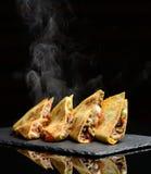 Meksykański Quesadilla opakunek z kurczaka słodkiego pieprzu kwaśną śmietanką i salsa gorący z kontrparą dymimy fotografia royalty free