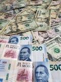 Meksykańscy banknoty i Amerykańscy dolary rachunków zdjęcia stock