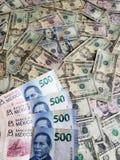 Meksykańscy banknoty i Amerykańscy dolary rachunków obrazy royalty free