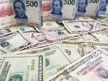 Meksykańscy banknoty i Amerykańscy dolary rachunków różni wyznania obrazy stock