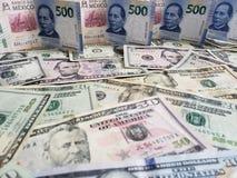 Meksykańscy banknoty i Amerykańscy dolary rachunków różni wyznania zdjęcia royalty free