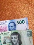 Meksykańscy banknoty i tło w kruszcowym miedzianym kolorze zdjęcia royalty free