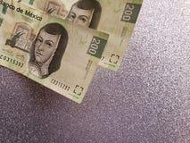 Meksykańscy banknoty i tło w kruszcowym srebnym kolorze obrazy royalty free