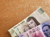 Meksykańscy banknoty i tło w kruszcowym złocistym kolorze zdjęcia royalty free