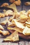 Meksykańscy kukurydzani układy scaleni, nachos z solą, rocznika drewniany tło, zdjęcia royalty free