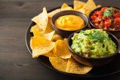 Meksykańscy nachos tortilla układy scaleni z guacamole, salsa i sera d, fotografia stock
