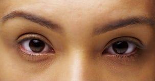 Meksykańska kobieta patrzeje kamerę z dusznymi oczami fotografia royalty free