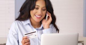 Meksykańska kobieta szczęśliwie robi zakupowi nad telefonem Obraz Stock