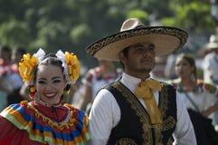 Meksykańska para w Kolorowym kostiumu fotografia stock