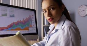 Meksykański bizneswoman patrzeje kamerę z notatkami Fotografia Stock