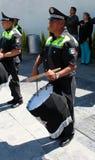 Meksykański funkcjonariusz policji bawić się bębeny Fotografia Royalty Free
