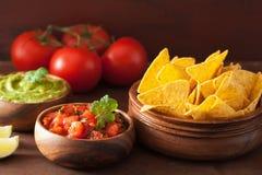 Meksykański guacamole i salsa zamaczamy, nachos tortilla układy scaleni obraz stock
