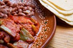 Meksyka?ski jedzenie: Krewetkowi tortitas z nopales obraz stock