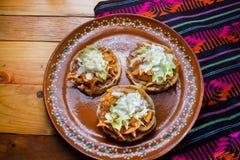 Meksykański jedzenie: tinga sopes zdjęcia stock