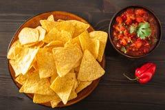 Meksykański salsa upad i nachos tortilla układy scaleni zdjęcia stock