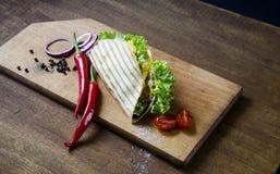 Meksykański tacos z kurczaka mięsem, sałatką i warzywo kumberlandem przedstawiającym na drewnianej desce z chłodnym pieprzowym po obrazy royalty free