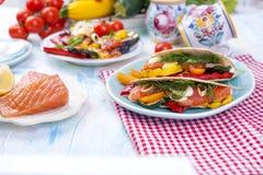 Meksykański tacos z piec na grillu łososiem i warzywami Zdrowy jedzenie dla lunchu Fast food kosmos kopii obrazy stock