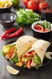 Meksykański tortilla opakunek z kurczaków warzywami i piersią zdjęcia stock