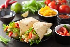 Meksykański tortilla opakunek z kurczaków warzywami i piersią zdjęcia royalty free